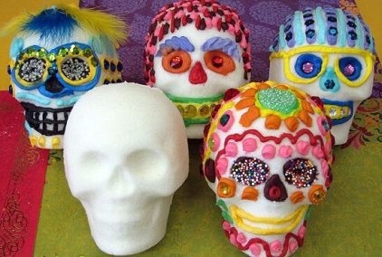 A collection of sugar skulls. (celebrate-day-of-the-dead.com)