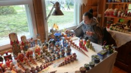 Painting Russian nesting dolls