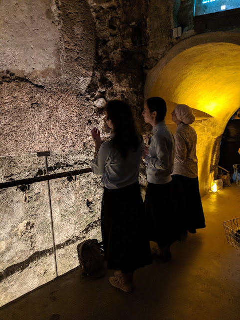 Women praying in the Rabbinical Tunnels